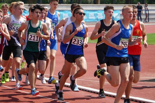 In 4:09,46 Minuten lief Youssef Wardi (233) über 1500m der U18 zum Sieg und erklomm, zusammen mit Trainingspartner Matz Grunden (Weitsprung) , die große Bühne. (Foto: Roman Buhl)