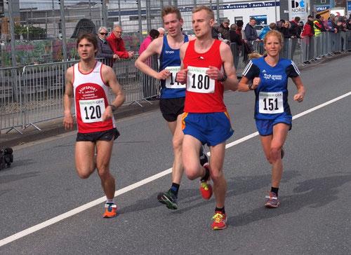 Jana Groß-Hardt und Marcel Eckers (beide im blauen LAZ-Dress) zeigten hervorragende Leistungen bei der Halbmarathon-DM.