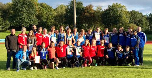 Das Mannschaftsfoto zeigt die Athleten und Trainer der U16- und U18-Mannschaften.