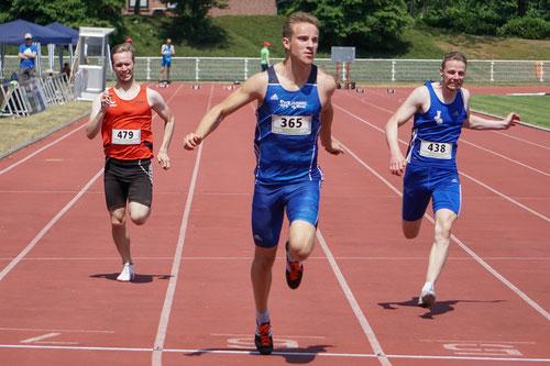 Michel Boeck (Mitte) siegte überr 100 und 200m und mit der StG Rhede-Sonsbeck-Wesel über 4x100m. (Foto: Roman Buhl)