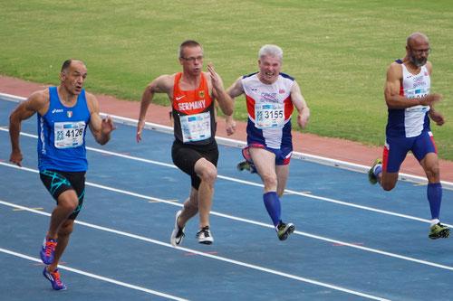 Reiner Heweling (Zweiter von links) holte in Malaga die Bronzemedaille über 100m der M55. (Foto: Roman Buhl)