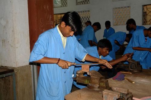 Ein in der Ausbildung zum Bauingenieur befindlicher Projektjunge.