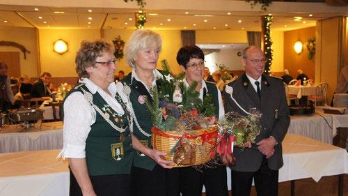 v. l.: Anita Buck (Vorsitzende der Damenabteilung), Liane Fastert als Gewinnerin des 1.Platzes auf der Jubiläumspreisscheibe sowie Ute Reyelts als Königin der Königinnen und Joachim Thiele (stellv. Vorsitzender).