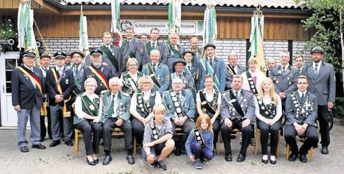 Die Westerhammer Würdenträger mit Vereinsvorsitzendem Mario Glyschewski (stehend 2.v.r.). Foto: Jäger