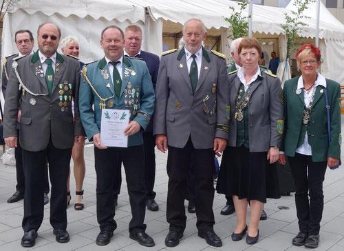 Der geehrte Guido Grüner (2. v.l.) mit der Deligation des Schützenverbandes.               Foto: Röndigs