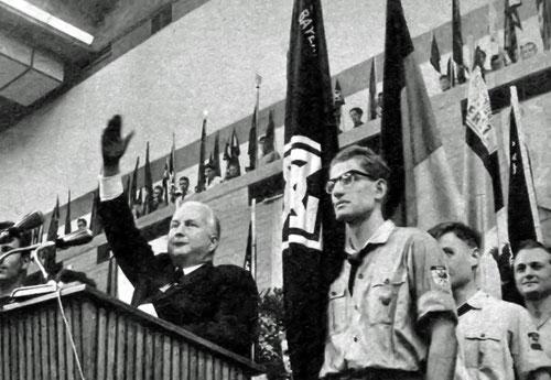 Der Bundesminister für Verkehr Hans-Christoph Seebohm (CDU) spricht, flankiert von Mitgliedern der DJO, auf einem Treffen der Vertriebenen, Anfang der 1960er Jahre