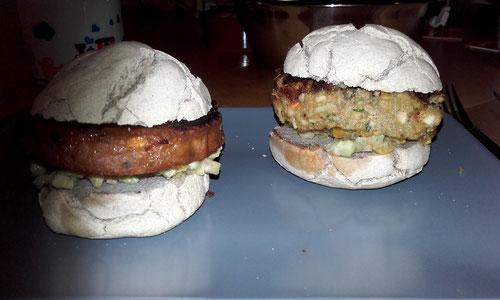 links: ein gekauftes Patty ohne grausame Inhaltsstoffe, rechts das Linsen-Gemüse-Patty