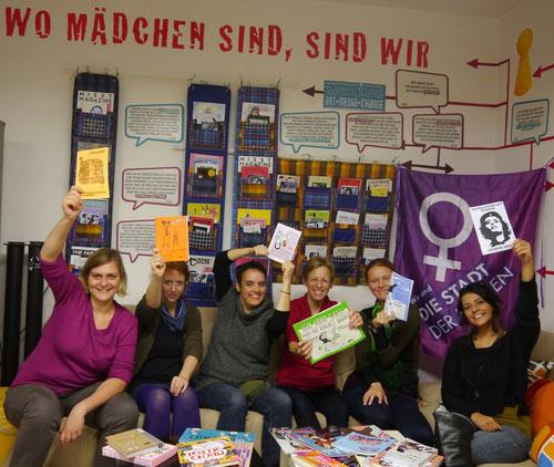 Das Workshop-Team in unserer Leselounge im Mädchenzentrum Klagenfurt (Foto: Jasmina Deljanin-Hudelist)