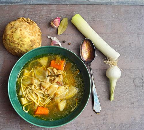 Altmodische Hühnersuppe, lange gekocht, die ganz ohne Suppenwürfel auskommt