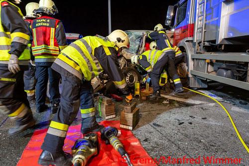 Feuerwehr; Blaulicht; FF Krems; Unfall; PKW; LKW; S5;