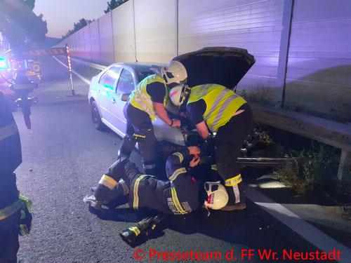 Feuerwehr; Blaulicht; FF Wiener Neustadt; Unfall; A2; PKW; Leitschiene;