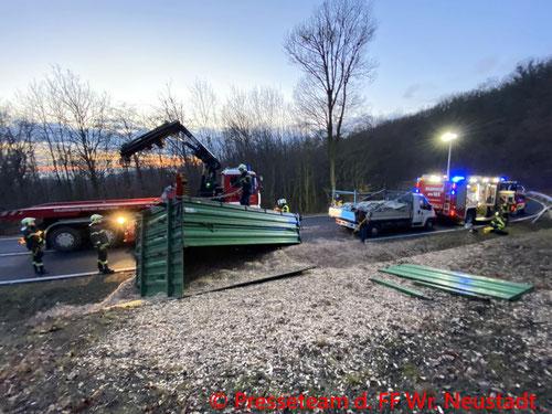 Feuerwehr; Blaulicht; FF Wiener Neustadt; Traktor; Anhänger; Umgestürzt; Hackschnitzel;