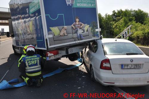 Feuerwehr; Blaulicht; FF Wiener Neudorf; Unfall; PKW; LKW; A2;