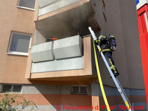 Feuerwehr; Blaulicht; FF Wiener Neustadt; Brand; Technischer Einsatz; Wohnwagen;
