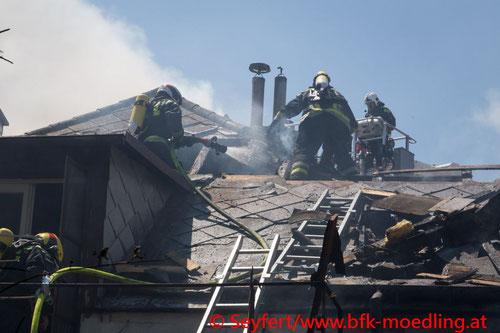 Feuerwehr, Blaulicht, FF Maria Enzersdorf, Brand, Altort, Wohnhaus, dicht verbaut