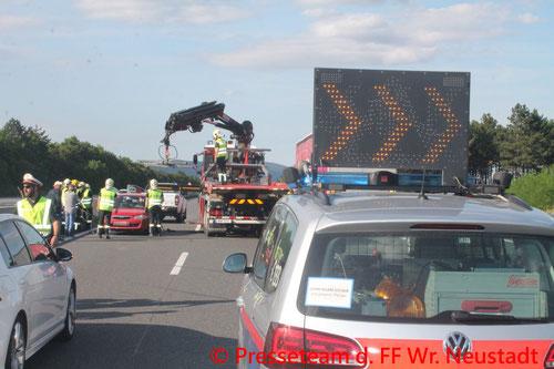 Feuerwehr, Blaulicht, FF Wr. Neustadt, Unfall, PKW, A2