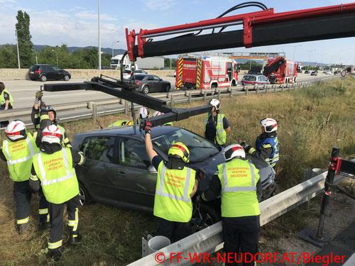 Feuerwehr, Blaulicht, FF Wiener Neudorf, Unfall, A2, Südautobahn, Abfahrt