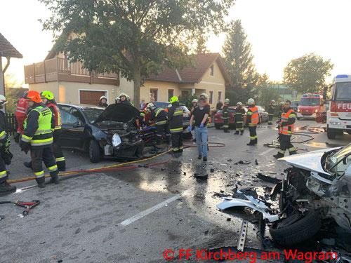 Feuerwehr; Blaulicht; FF Kirchberg am Wagram; Unfall; Frontalzusammenstoß; PKW;