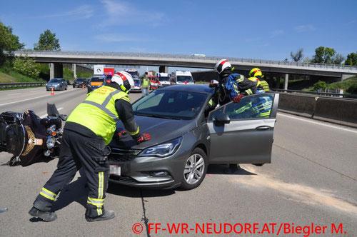 Feuerwehr; Blaulicht; FF Wiener Neudorf; Unfall; PKW; Motorrad; A2;