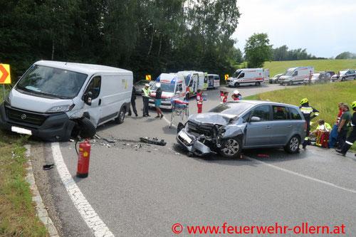 Feuerwehr, Blaulicht, FF Ollern, Verkehrsunfall, Riederberg, Fünf Verletzte, PKW, Transporter, Rettung