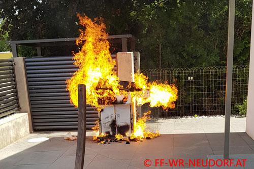 Feuerwehr; Blaulicht; FF Wiener Neudorf; Brand; Gasgrill;