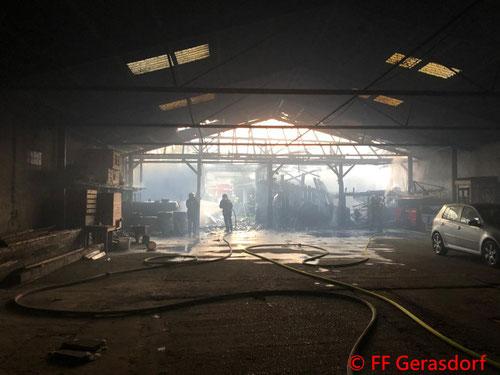 Feuerwehr, Blaulicht, FF Gerasdorf, Brand, landwirtschaftliches Gebäude