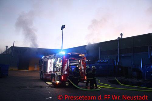 Feuerwehr; Blaulicht; FF Wiener Neustadt; Brand; Entsorgungsbetrieb;