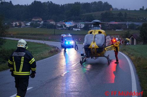 Feuerwehr, Blaulicht, BFKDO Urfahr-Umgebung,  FF Mühldorf, Unfall, Fahrzeugüberschlag, B131, nasse Fahrbahn