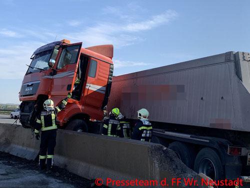 Feuerwehr; Blaulicht; FF Wiener Neustadt; Unfall; LKW; Betonleitwand; A2;