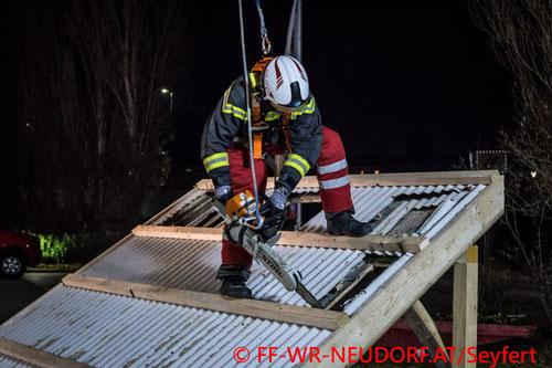 Feuerwehr; Blaulicht; FF Wiener Neudorf; Übung; Schneide und Trennmittel)