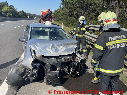 Feuerwehr; Blaulicht; FF Wiener Neustadt; Unfall; A2; PKW; Leitplanke;