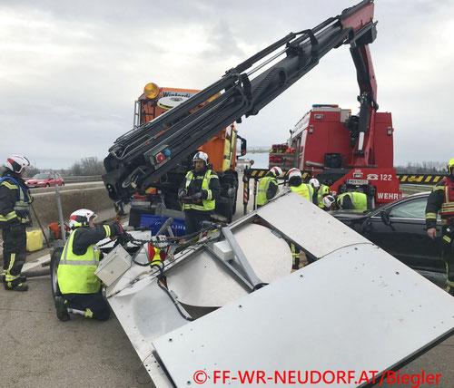 Feuerwehr; Blaulicht; FF Wiener Neudorf; Unfall; A2; PKW; Absicherungsfahrzeug;