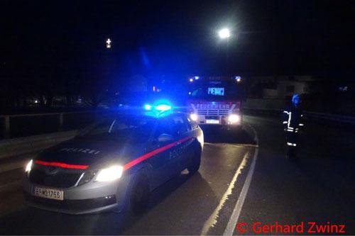 Feuerwehr; Blaulicht; Ternitz; Unfall; PKW; verletzte Person;