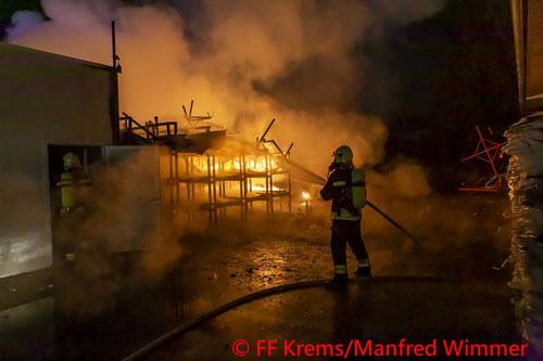 Feuerwehr; Blaulicht; FF Krems; Brand; Gewerbebetrieb;