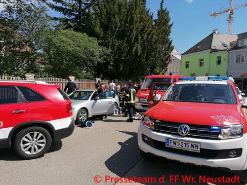 Feuerwehr; Blaulicht; FF Wiener Neustadt; Kind; PKW; Eingeschlossen;