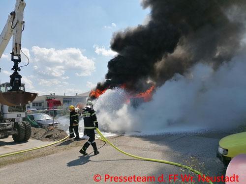 Feuerwehr; Blaulicht; FF Wiener Neustadt; Brand; Wohnwagen; PKW; Explosion; Spraydosen;