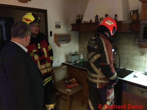 Feuerwehr; Blaulicht; Brand; Bürgermeister; Frau in Sicherheit gebracht; Ternitz;