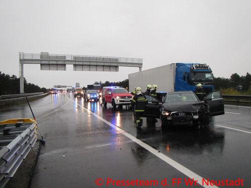 Feuerwehr; Blaulicht; FF Wiener Neustadt; Unfall; PKW; Autobahn; A2;