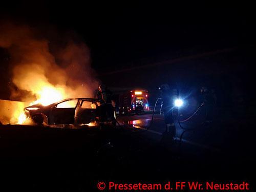Feuerwehr; Blaulicht; FF Wiener Neustadt; Brand; PKW; A2;