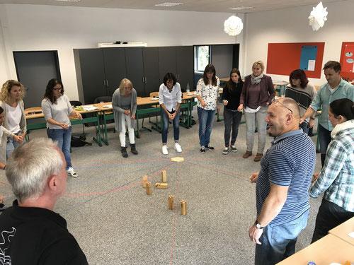 Lehrerinnen und Lehrer bei einer praktischen erlebnispädagogischen Übung.