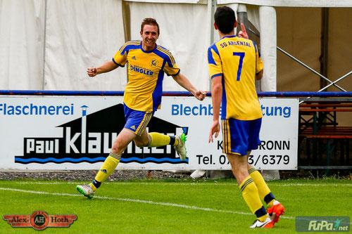Marius Späth (hinten) freut sich mit Dominik Glaser über einen seiner beiden Treffer gegen den SV Kressbronn.