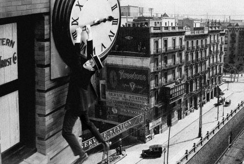 Abans es deia Servicio Estación. I abans d´abans Station Service. Era una gasolinera del carrer Aragó i Harold Lloyd n'ensumava els efluvis des dels aires.