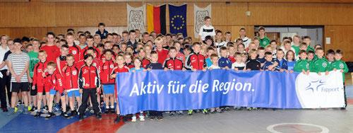 Alle Teilnehmer der Schulsportmeisterschaft in Seeheim - Unterstützt durch Fraport