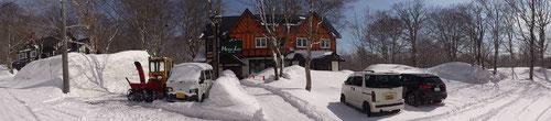 ペンション内の道路は午後でも雪が残るほど