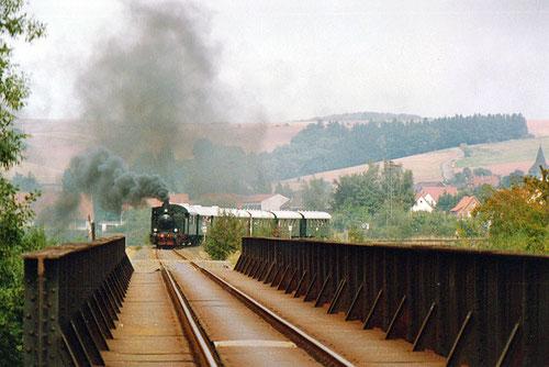 Anläßlich der 100-Jahrfeier im Jahr 1989 fährt ein letztes Mal  eine Dampflok über die Bimmelbrücke