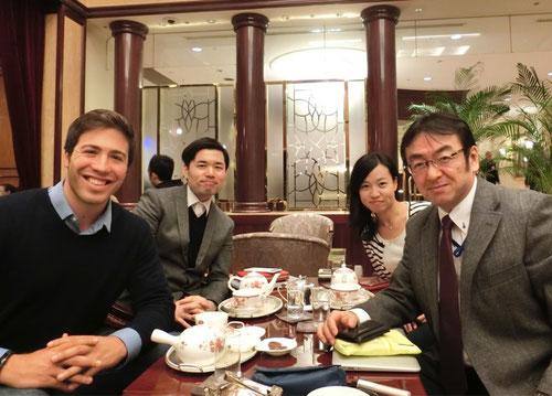 ※前列左がイアンさん、右が田中、左奥が鶴田さん、その右が朴さん。