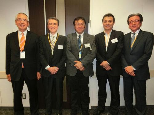 ※『日本CFO協会』の理事会幹部の皆さんと懇親会場での記念撮影。中央が田中。