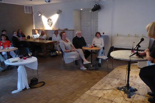 Neues Ambiente im Bornholdt: Bistrotische statt Stuhlreihen - super!!!