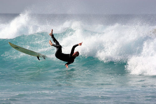 Stürzender Surfer