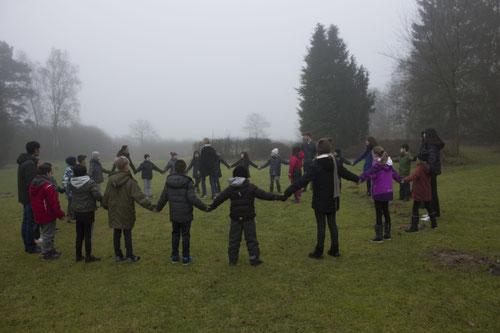Gruppenaktivität bei einer Erstkommunionsvorbereitung auf dem Gelände des Jugendzentrum Ømborgen
